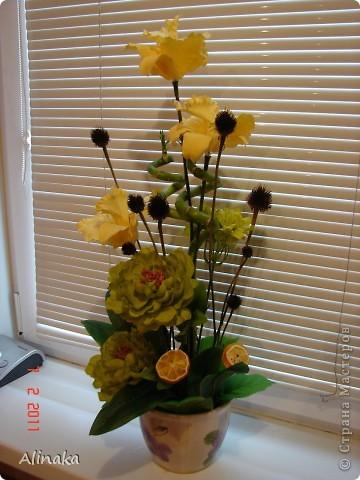 """Добрый день! Очень нравятся мне цветочные композиции, продаваемые в магазинах, но уж очень они дорогие там. И решила я тогда сама смастерить данную композицию. Стоимость аналогичной композиции в интернете составляет 2300руб., мои затраты составили 400руб. Экономия на лицо.Композиция состоит из: 3 желтых  искусственных ириса, 2 салатовых искусственных пиона, 2 салатовых искусственных цветка гортензии, 2 живых ствола бамбука, 2 ветки коричневые шарики сухоцвета от эхиноцеи (засушенные с дачи), сухие мандариновые  кольца на зеленных шпажках. Бамбук посадила в горшок с землей, все  искусственные цветы и зелень """"смонтировала"""" в сам горшок. И получилась такая красота, которая украшает сейчас мою кухню!))) Спасибо, что заглянули. Желаю всем удачи и творческих успехов! фото 1"""