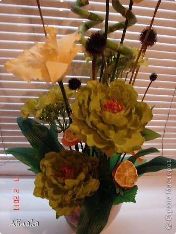 """Добрый день! Очень нравятся мне цветочные композиции, продаваемые в магазинах, но уж очень они дорогие там. И решила я тогда сама смастерить данную композицию. Стоимость аналогичной композиции в интернете составляет 2300руб., мои затраты составили 400руб. Экономия на лицо.Композиция состоит из: 3 желтых  искусственных ириса, 2 салатовых искусственных пиона, 2 салатовых искусственных цветка гортензии, 2 живых ствола бамбука, 2 ветки коричневые шарики сухоцвета от эхиноцеи (засушенные с дачи), сухие мандариновые  кольца на зеленных шпажках. Бамбук посадила в горшок с землей, все  искусственные цветы и зелень """"смонтировала"""" в сам горшок. И получилась такая красота, которая украшает сейчас мою кухню!))) Спасибо, что заглянули. Желаю всем удачи и творческих успехов! фото 4"""