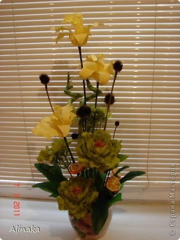 """Добрый день! Очень нравятся мне цветочные композиции, продаваемые в магазинах, но уж очень они дорогие там. И решила я тогда сама смастерить данную композицию. Стоимость аналогичной композиции в интернете составляет 2300руб., мои затраты составили 400руб. Экономия на лицо.Композиция состоит из: 3 желтых  искусственных ириса, 2 салатовых искусственных пиона, 2 салатовых искусственных цветка гортензии, 2 живых ствола бамбука, 2 ветки коричневые шарики сухоцвета от эхиноцеи (засушенные с дачи), сухие мандариновые  кольца на зеленных шпажках. Бамбук посадила в горшок с землей, все  искусственные цветы и зелень """"смонтировала"""" в сам горшок. И получилась такая красота, которая украшает сейчас мою кухню!))) Спасибо, что заглянули. Желаю всем удачи и творческих успехов! фото 5"""