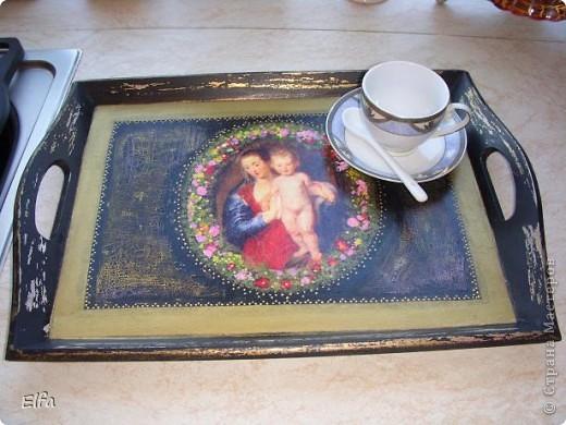 Вот и мой первый маленький МК. Очень мужу хотелось кофе в постель по утрам на красивом подносике.Дай, думаю,порадую.Пока малевала, декупажила, самой подносик понравился! Ну, милый,на таком подносике и я хочу кофе в постельку! Вот, поднос стоит, мы лежим, КОФЕЮ ждем! А кто же принесет? фото 17