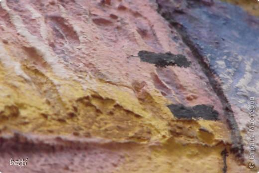 Показать как я делала эту работу не могу,а рассказать попробую.Необходимо:желание:));лист двп;шпаклёвка декаративная или минерал;не большие навыки работы со строительным материалом;кисти от самой маленькой для росписи ,до большой для побелки;маленькие шпателя и различные скребки;любые подручные инструменты(как и в лепки солёного теста)может даже ложки и вилки:)) фото 7