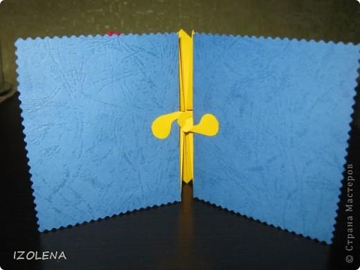 На переднем плане: выпуклая звезда (вырезана при помощи оригами); листья - из креповой бумаги. фото 5
