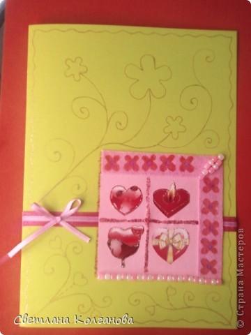 Это моя первая игра по скетчу. К сожалению качество фотографии не может передать насколько блестит открытка. На  двусторонний цветной картон наклеила ленты и квадрат из цветной бумаги для принтера, сердечки в квадрате - наклейки, декорировала гелем с блестками,  сделала штамповку гуашью (маленькие красные цветочки) на вискозной салфетке, золотой  гелевой ручкой нарисовала узоры по всей открытке.