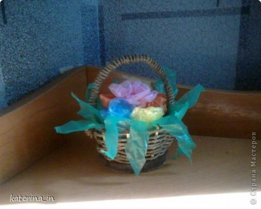 Корзина с цветами.Корзина сделана из шпагата, переплетенного на спичках,а зелень и цветы-полиетиленовые пакеты. фото 1
