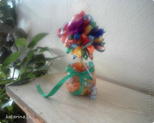 Корзина с цветами.Корзина сделана из шпагата, переплетенного на спичках,а зелень и цветы-полиетиленовые пакеты. фото 2