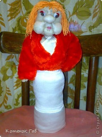 Это светильник другу семьи на день рождение. Одна из моих первых работ с капроном. Долго думала как и с чем сгруппировать, чтоб получился подарок. Кукла, точнее сказать голова - это своего рода шарж на именинника. Рядом сделан из банки из под клея - светильник.Ну вроде как-то так.   фото 2