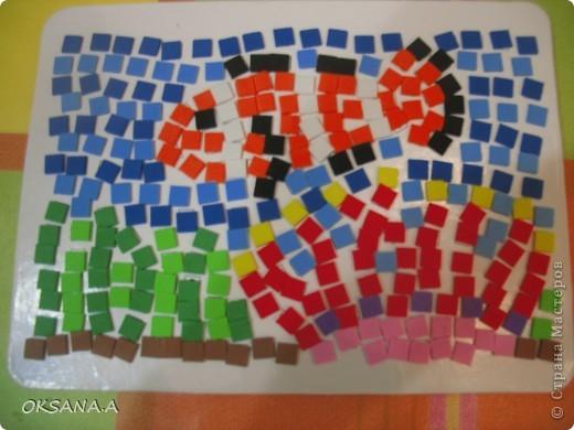 Рыбка из набора аппликиции. Сделала старшая дочка Валерия. На картон-основу на квадраты с цифрами нужно наклеить маленькие цветные квадратики. Каждый цвет соответсвует определенной цифре.  Все цветные квадратики уже с клеевой основой. Дочке очень понравилось делать поделки в такой технике.