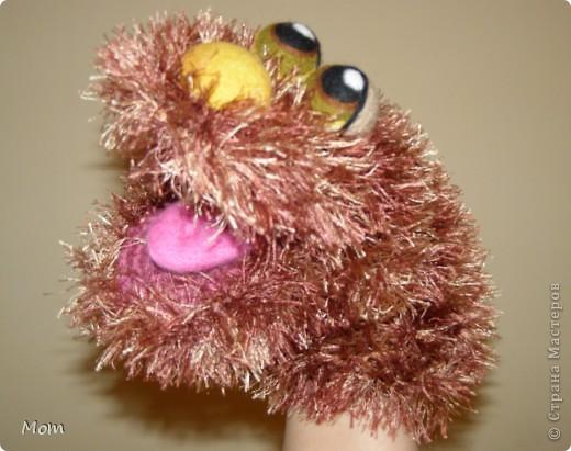 Вяжем куклу  на руку.  Для куклы нам понадобится:   - спицы № 4, крючок  № 3,5 или 4,  - пряжа «травка»  50 г,  - толстая пряжа темно-малинового или розового цвета ок.  20 г (состав: 50% шерсть, 50% акрил),  - иголку с широким ушком для сшивания деталей, - небольшое количество шерсти для валяния для глазок, носика и язычка (я брала черный , белый, бежевый, коричневый, оливковый и желтый). - иглы  для валяния № 36 и № 40, - высокую губку (я использую для мытья машин).   фото 1