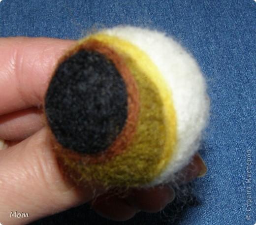 Вяжем куклу  на руку.  Для куклы нам понадобится:   - спицы № 4, крючок  № 3,5 или 4,  - пряжа «травка»  50 г,  - толстая пряжа темно-малинового или розового цвета ок.  20 г (состав: 50% шерсть, 50% акрил),  - иголку с широким ушком для сшивания деталей, - небольшое количество шерсти для валяния для глазок, носика и язычка (я брала черный , белый, бежевый, коричневый, оливковый и желтый). - иглы  для валяния № 36 и № 40, - высокую губку (я использую для мытья машин).   фото 14