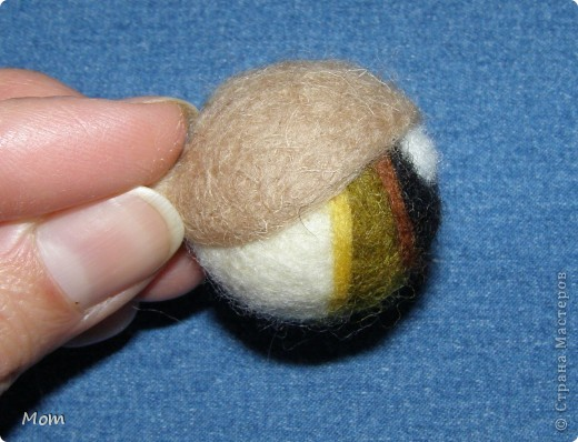 Вяжем куклу  на руку.  Для куклы нам понадобится:   - спицы № 4, крючок  № 3,5 или 4,  - пряжа «травка»  50 г,  - толстая пряжа темно-малинового или розового цвета ок.  20 г (состав: 50% шерсть, 50% акрил),  - иголку с широким ушком для сшивания деталей, - небольшое количество шерсти для валяния для глазок, носика и язычка (я брала черный , белый, бежевый, коричневый, оливковый и желтый). - иглы  для валяния № 36 и № 40, - высокую губку (я использую для мытья машин).   фото 17