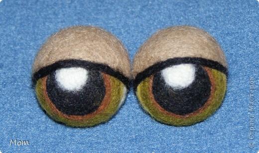 Вяжем куклу  на руку.  Для куклы нам понадобится:   - спицы № 4, крючок  № 3,5 или 4,  - пряжа «травка»  50 г,  - толстая пряжа темно-малинового или розового цвета ок.  20 г (состав: 50% шерсть, 50% акрил),  - иголку с широким ушком для сшивания деталей, - небольшое количество шерсти для валяния для глазок, носика и язычка (я брала черный , белый, бежевый, коричневый, оливковый и желтый). - иглы  для валяния № 36 и № 40, - высокую губку (я использую для мытья машин).   фото 18