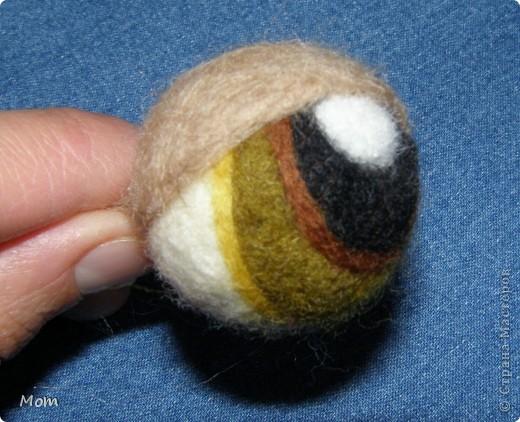 Вяжем куклу  на руку.  Для куклы нам понадобится:   - спицы № 4, крючок  № 3,5 или 4,  - пряжа «травка»  50 г,  - толстая пряжа темно-малинового или розового цвета ок.  20 г (состав: 50% шерсть, 50% акрил),  - иголку с широким ушком для сшивания деталей, - небольшое количество шерсти для валяния для глазок, носика и язычка (я брала черный , белый, бежевый, коричневый, оливковый и желтый). - иглы  для валяния № 36 и № 40, - высокую губку (я использую для мытья машин).   фото 15