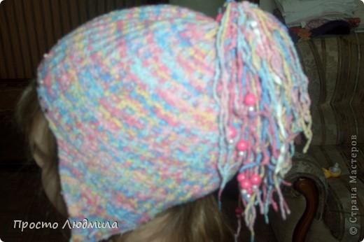 Идея шапочки рождается в зависимости от времени года, настроения и костюма. Мне надоели помпоны, но в литературе по вязанию не нашла интересных альтернативных идей. Хочу поделиться как я их заменила и что из этого получилось. Это, конечно не МК, а просто объяснялки. фото 6