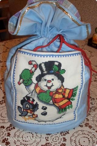Новый год мой любимый праздник. Люблю делать и дарить подарки. Таким образом я решила помочь Деду Морозу, не будет думать куда подарок положить. Этот мешочек сделан для мальчика, моего племянника. фото 2