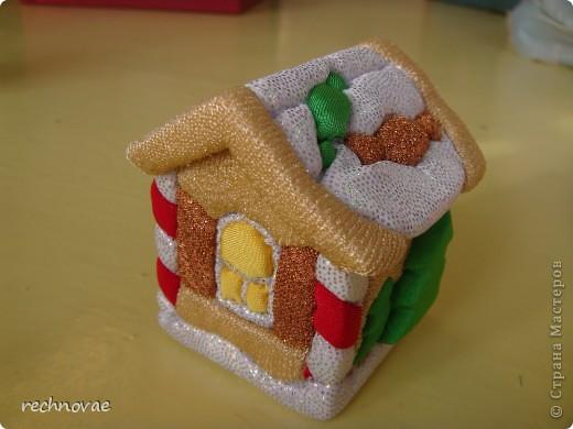 Давно мечтала о пряничном домике для Новогодней елочки, и вот решила сделать.  Из пенопласта вырезала струной заготовку домика, слегка обработала шкуркой (с самой мелкой насечкой), заправила ткань и вот какая красота получилась фото 1