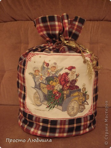 Новый год мой любимый праздник. Люблю делать и дарить подарки. Таким образом я решила помочь Деду Морозу, не будет думать куда подарок положить. Этот мешочек сделан для мальчика, моего племянника. фото 1