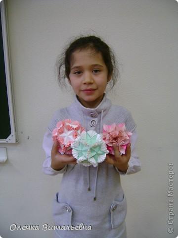 Ко мне на занятия кружка оригами ходят дети 2-6 классов. Земфира учится во 3 классе. Кусудамы начали делать вместе с мамой.  Вот первый результат. фото 1