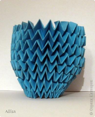 На сайте Оригами в Украине http://origami.in.ua/forum/viewforum.php?f=32 нашла ссылку на изготовление этого шара. Игрушка понравилась своей подвижностью, возможностью менять форму. Попыталась сделать. Попытка не очень удачная. Не было под рукой хорошего клеящего карандаша, для склеивания деталей использовала ПВА. От него бумага немного размокает и места соединения деформировались. фото 11