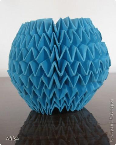 На сайте Оригами в Украине http://origami.in.ua/forum/viewforum.php?f=32 нашла ссылку на изготовление этого шара. Игрушка понравилась своей подвижностью, возможностью менять форму. Попыталась сделать. Попытка не очень удачная. Не было под рукой хорошего клеящего карандаша, для склеивания деталей использовала ПВА. От него бумага немного размокает и места соединения деформировались. фото 1