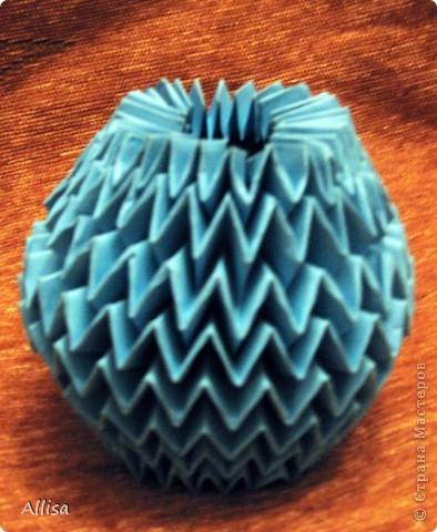 На сайте Оригами в Украине http://origami.in.ua/forum/viewforum.php?f=32 нашла ссылку на изготовление этого шара. Игрушка понравилась своей подвижностью, возможностью менять форму. Попыталась сделать. Попытка не очень удачная. Не было под рукой хорошего клеящего карандаша, для склеивания деталей использовала ПВА. От него бумага немного размокает и места соединения деформировались. фото 2