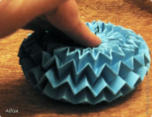 На сайте Оригами в Украине http://origami.in.ua/forum/viewforum.php?f=32 нашла ссылку на изготовление этого шара. Игрушка понравилась своей подвижностью, возможностью менять форму. Попыталась сделать. Попытка не очень удачная. Не было под рукой хорошего клеящего карандаша, для склеивания деталей использовала ПВА. От него бумага немного размокает и места соединения деформировались. фото 3