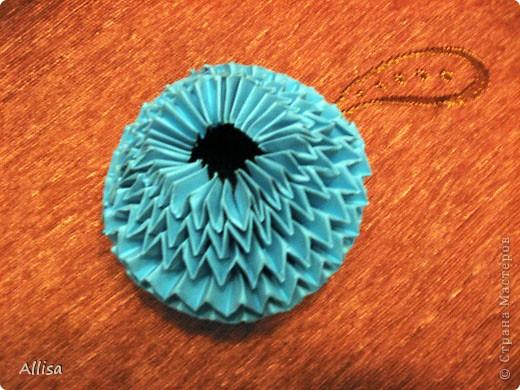 На сайте Оригами в Украине http://origami.in.ua/forum/viewforum.php?f=32 нашла ссылку на изготовление этого шара. Игрушка понравилась своей подвижностью, возможностью менять форму. Попыталась сделать. Попытка не очень удачная. Не было под рукой хорошего клеящего карандаша, для склеивания деталей использовала ПВА. От него бумага немного размокает и места соединения деформировались. фото 4