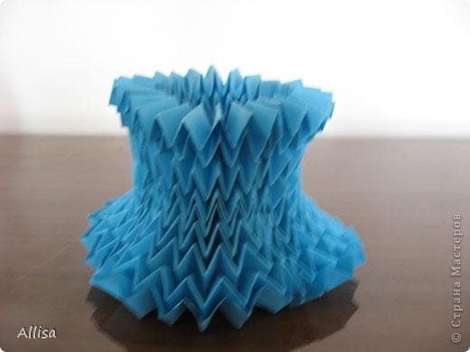 На сайте Оригами в Украине http://origami.in.ua/forum/viewforum.php?f=32 нашла ссылку на изготовление этого шара. Игрушка понравилась своей подвижностью, возможностью менять форму. Попыталась сделать. Попытка не очень удачная. Не было под рукой хорошего клеящего карандаша, для склеивания деталей использовала ПВА. От него бумага немного размокает и места соединения деформировались. фото 5