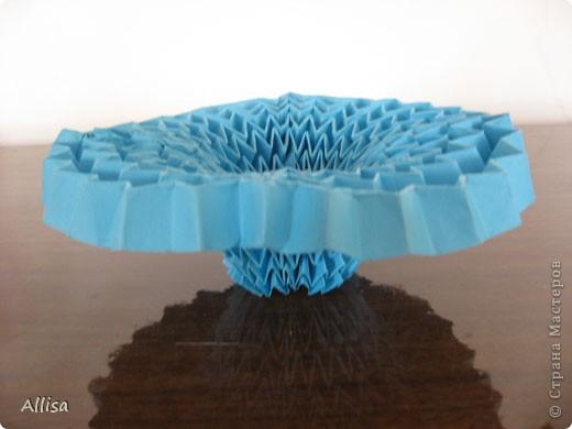 На сайте Оригами в Украине http://origami.in.ua/forum/viewforum.php?f=32 нашла ссылку на изготовление этого шара. Игрушка понравилась своей подвижностью, возможностью менять форму. Попыталась сделать. Попытка не очень удачная. Не было под рукой хорошего клеящего карандаша, для склеивания деталей использовала ПВА. От него бумага немного размокает и места соединения деформировались. фото 6
