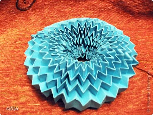 На сайте Оригами в Украине http://origami.in.ua/forum/viewforum.php?f=32 нашла ссылку на изготовление этого шара. Игрушка понравилась своей подвижностью, возможностью менять форму. Попыталась сделать. Попытка не очень удачная. Не было под рукой хорошего клеящего карандаша, для склеивания деталей использовала ПВА. От него бумага немного размокает и места соединения деформировались. фото 8