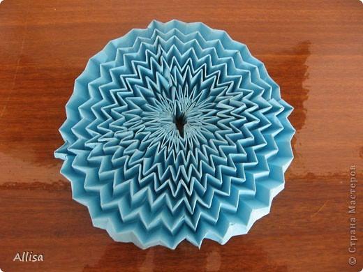 На сайте Оригами в Украине http://origami.in.ua/forum/viewforum.php?f=32 нашла ссылку на изготовление этого шара. Игрушка понравилась своей подвижностью, возможностью менять форму. Попыталась сделать. Попытка не очень удачная. Не было под рукой хорошего клеящего карандаша, для склеивания деталей использовала ПВА. От него бумага немного размокает и места соединения деформировались. фото 9