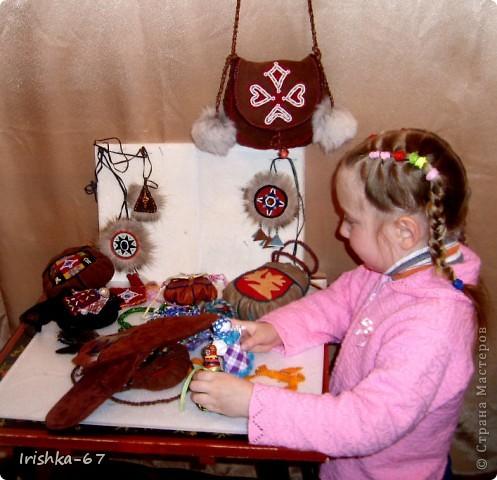Международный день саамов — ежегодный национальный праздник, отмечаемый 6 февраля саамами Норвегии, Швеции, Финляндии и России В различных странах празднование Международного дня саамов отмечается по-разному. Во время официальных действий над мэрий или ратушей поднимается саамский флаг и звучит (или поют) гимн «Sámi soga lávllaat». Для детей и подростков проводятся различные мероприятия, в школах и детских садах рассказывают о саамах, их истории, культуре.   фото 9