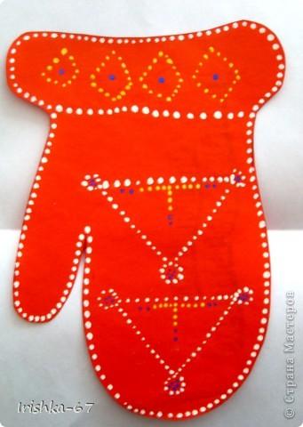 Международный день саамов — ежегодный национальный праздник, отмечаемый 6 февраля саамами Норвегии, Швеции, Финляндии и России В различных странах празднование Международного дня саамов отмечается по-разному. Во время официальных действий над мэрий или ратушей поднимается саамский флаг и звучит (или поют) гимн «Sámi soga lávllaat». Для детей и подростков проводятся различные мероприятия, в школах и детских садах рассказывают о саамах, их истории, культуре.   фото 19