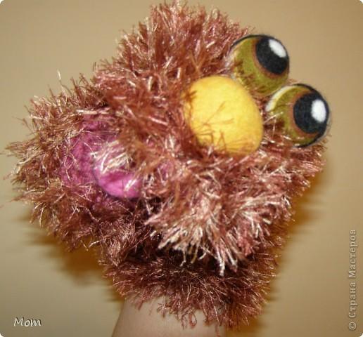 Вяжем куклу  на руку.  Для куклы нам понадобится:   - спицы № 4, крючок  № 3,5 или 4,  - пряжа «травка»  50 г,  - толстая пряжа темно-малинового или розового цвета ок.  20 г (состав: 50% шерсть, 50% акрил),  - иголку с широким ушком для сшивания деталей, - небольшое количество шерсти для валяния для глазок, носика и язычка (я брала черный , белый, бежевый, коричневый, оливковый и желтый). - иглы  для валяния № 36 и № 40, - высокую губку (я использую для мытья машин).   фото 24