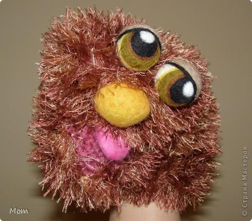 Вяжем куклу  на руку.  Для куклы нам понадобится:   - спицы № 4, крючок  № 3,5 или 4,  - пряжа «травка»  50 г,  - толстая пряжа темно-малинового или розового цвета ок.  20 г (состав: 50% шерсть, 50% акрил),  - иголку с широким ушком для сшивания деталей, - небольшое количество шерсти для валяния для глазок, носика и язычка (я брала черный , белый, бежевый, коричневый, оливковый и желтый). - иглы  для валяния № 36 и № 40, - высокую губку (я использую для мытья машин).   фото 25