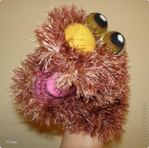 Вяжем куклу  на руку.  Для куклы нам понадобится:   - спицы № 4, крючок  № 3,5 или 4,  - пряжа «травка»  50 г,  - толстая пряжа темно-малинового или розового цвета ок.  20 г (состав: 50% шерсть, 50% акрил),  - иголку с широким ушком для сшивания деталей, - небольшое количество шерсти для валяния для глазок, носика и язычка (я брала черный , белый, бежевый, коричневый, оливковый и желтый). - иглы  для валяния № 36 и № 40, - высокую губку (я использую для мытья машин).   фото 22