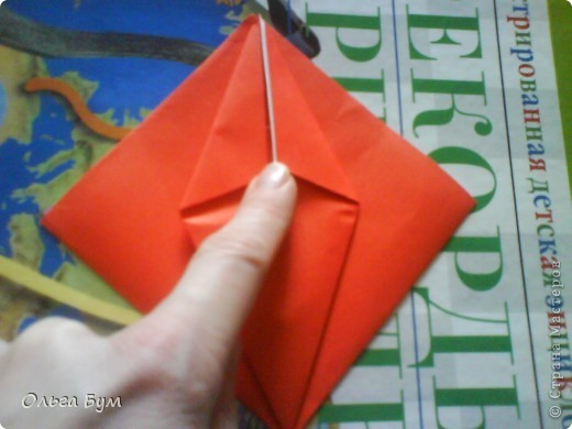 """Это сердце умеет биться! Оно двигается и стучит! Эта забавная динамическая модель оригами настоящая игрушка - мы все подносили друг другу к уху и слушали! Сзади у неё треугольный хвостик, который если сжимать, серединка выгибается вперёд, а """"крылышки"""" назад, при этом слышно """"стук"""". А если около уха держишь, то ещё больше похоже. Мы были в восторге.  фото 12"""