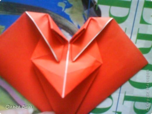 """Это сердце умеет биться! Оно двигается и стучит! Эта забавная динамическая модель оригами настоящая игрушка - мы все подносили друг другу к уху и слушали! Сзади у неё треугольный хвостик, который если сжимать, серединка выгибается вперёд, а """"крылышки"""" назад, при этом слышно """"стук"""". А если около уха держишь, то ещё больше похоже. Мы были в восторге.  фото 19"""