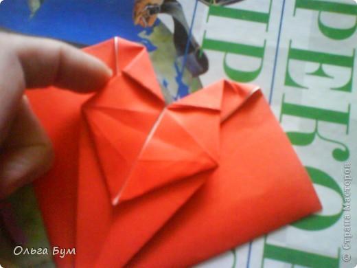"""Это сердце умеет биться! Оно двигается и стучит! Эта забавная динамическая модель оригами настоящая игрушка - мы все подносили друг другу к уху и слушали! Сзади у неё треугольный хвостик, который если сжимать, серединка выгибается вперёд, а """"крылышки"""" назад, при этом слышно """"стук"""". А если около уха держишь, то ещё больше похоже. Мы были в восторге.  фото 21"""