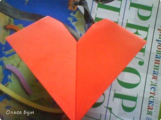 """Это сердце умеет биться! Оно двигается и стучит! Эта забавная динамическая модель оригами настоящая игрушка - мы все подносили друг другу к уху и слушали! Сзади у неё треугольный хвостик, который если сжимать, серединка выгибается вперёд, а """"крылышки"""" назад, при этом слышно """"стук"""". А если около уха держишь, то ещё больше похоже. Мы были в восторге.  фото 22"""