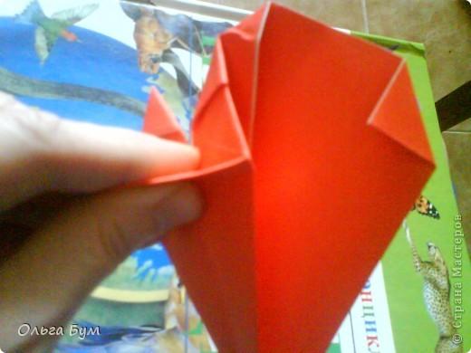 """Это сердце умеет биться! Оно двигается и стучит! Эта забавная динамическая модель оригами настоящая игрушка - мы все подносили друг другу к уху и слушали! Сзади у неё треугольный хвостик, который если сжимать, серединка выгибается вперёд, а """"крылышки"""" назад, при этом слышно """"стук"""". А если около уха держишь, то ещё больше похоже. Мы были в восторге.  фото 24"""