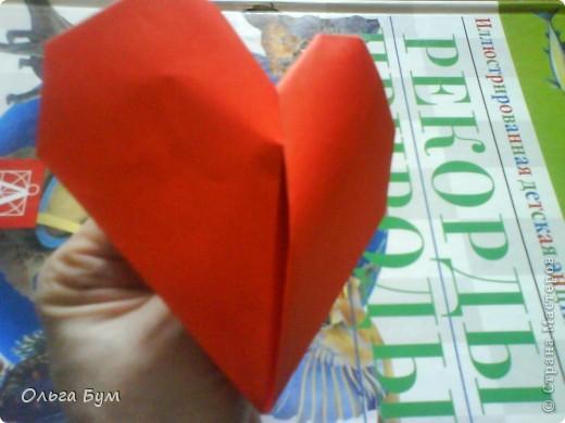 """Это сердце умеет биться! Оно двигается и стучит! Эта забавная динамическая модель оригами настоящая игрушка - мы все подносили друг другу к уху и слушали! Сзади у неё треугольный хвостик, который если сжимать, серединка выгибается вперёд, а """"крылышки"""" назад, при этом слышно """"стук"""". А если около уха держишь, то ещё больше похоже. Мы были в восторге.  фото 26"""