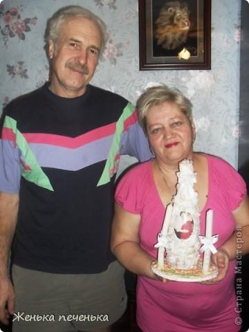 Вот так я задекорировала бутылочку на годовщину свадьбы родителей. МК по декору подсмотрела вот тут http://stranamasterov.ru/node/69937?c=favorite . Подставочка из соленого теста. фото 2