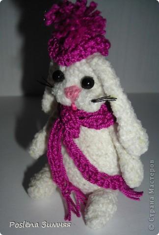 Зайка в шарфе и шапке с помпоном лилового цвета фото 1