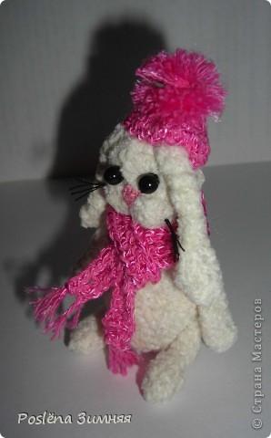 Зайка в шарфе и шапке с помпоном лилового цвета фото 2