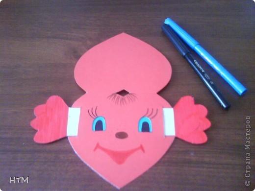 Предлагаю вам сделать Валентинку, которую придумала сама. Если потянуть за ручки, она будет двигать глазками. Ребята с удовольствием делают эту открытку, а затем играют с ней. фото 12