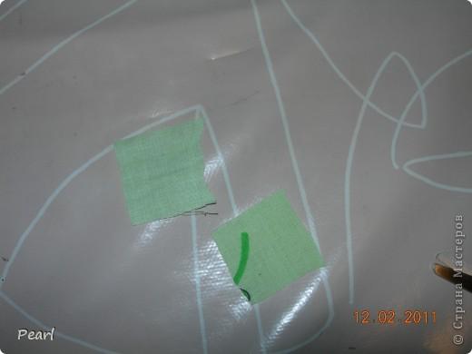 Недаром говорят, что новое - это хорошо забытое старое. Вспомнила тут, одну игрушку, которая была у меня в детстве, и, решила сделать нечто похожее... Нам понадобится: картон, ножницы, фломастер, кусочки ткани, двусторонний скотч (можно использовать клей ПВА), линейка, металлический шарик.    фото 5