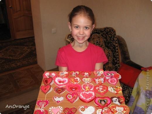 В преддверии праздника Святого Валентина было решено, что нужно поздравить весь класс. Часть валентинок купили, а часть решили сделать своими руками. Вот что из этого получилось. фото 1