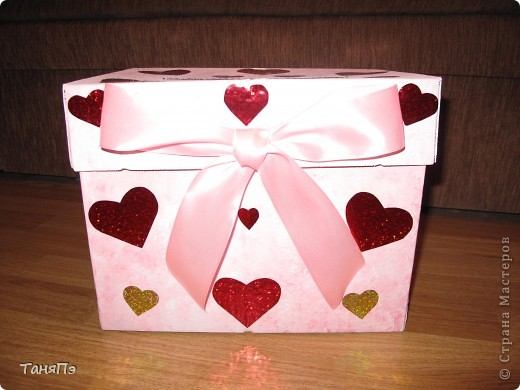 Сделана из коробки. В таких коробках продают бумагу для ксерокса. Я её покрыла водоимульсионкой с добавлением красной гуаши. Почпокала губкой. Результат понравился. фото 1