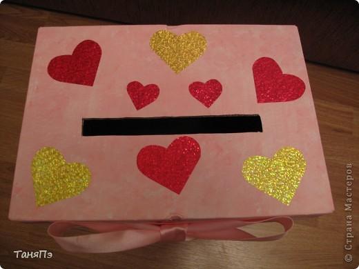 Сделана из коробки. В таких коробках продают бумагу для ксерокса. Я её покрыла водоимульсионкой с добавлением красной гуаши. Почпокала губкой. Результат понравился. фото 2