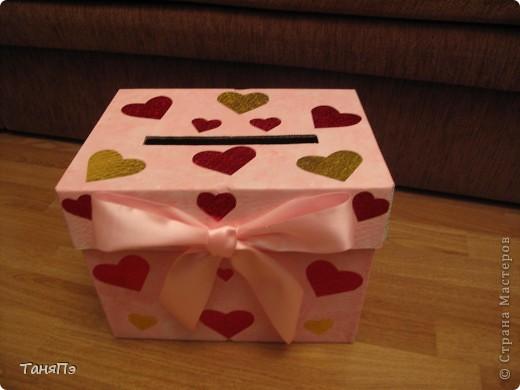 Сделана из коробки. В таких коробках продают бумагу для ксерокса. Я её покрыла водоимульсионкой с добавлением красной гуаши. Почпокала губкой. Результат понравился. фото 4